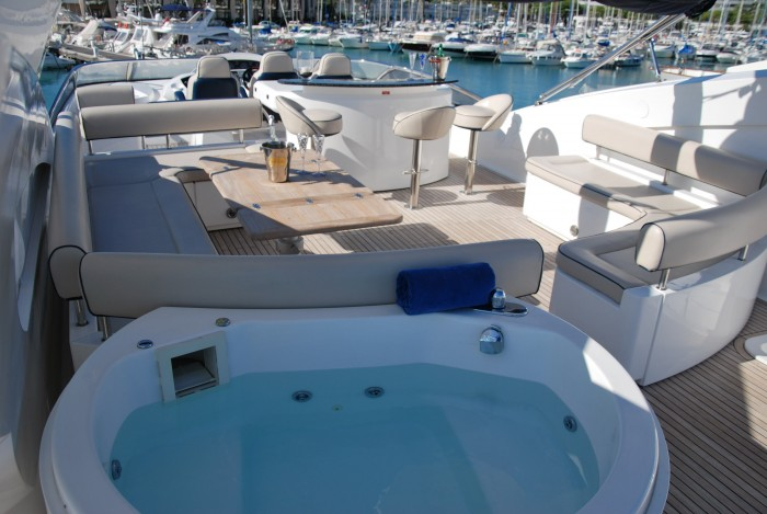 Yacht WINNING STREAK -  Flybridge Jacuzzi